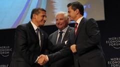 El presidente Enrique Peña Nieto estrecha la mano de Ollanta Humala, mandatario de Perú, al arrancar los trabajos del Foro Económico Mundial en su nivel regional para América Latina.