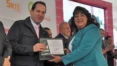 El gobernador Eruviel Ávila Villegas entregó estímulos económicos y reconocimientos a 3 mil 666 docentes y directivos del magisterio mexiquense.