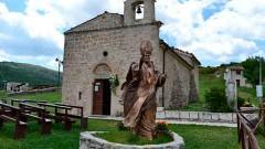 La sangre fue colocada en un recipiente circular de cristal y oro y mantenida en una urna de la pequeña iglesia de San Pietro della Ienca, cerca de la ciudad de L'Aquila.