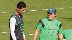 """Rafael Márquez y Miguel Herrera dialogan durante el entrenamiento de ayer en la cancha del estadio """"Rey Pelé""""."""