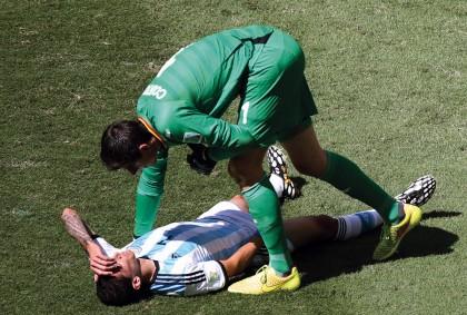 Ángel Di María no estará en la semifinal que Argentina jugará contra Holanda en la Copa del Mundo Brasil 2014.