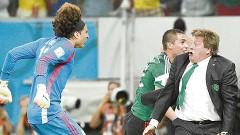 La foto de Miguel Herrera celebrando con el portero Guillermo Ochoa fue elegida como la mejor de la Copa del Mundo.