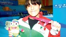 Ana Lilia Duránmuestra con orgullo la medalla obtenida en los juegos Olímpicos de la Juventud Nanjing 2014.