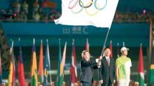La ceremonia de clausura de los II Juegos Olímpicos de la Juventud tuvo un aspecto solemne y festivo. En la imagen, el presidente del COI, Thomas Bach, ondea la bandera olímpica.