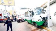 Así quedó el microbús que aparentemente se quedó sin frenos y se estrelló contra un poste.