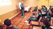 Leonardo Cuéllar, director técnico de la selección mexicana de futbol femenil, da instrucciones a su pupilas.