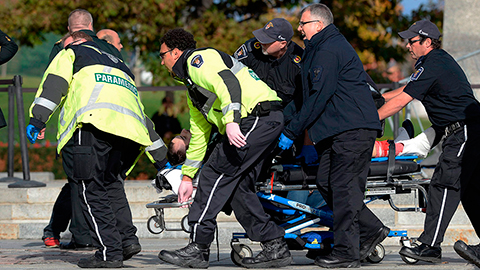 """Medios locales hablan de """"dos hombres con fusiles"""", pero la policía no se ha pronunciado sobre este punto. El suceso se da dos días después de que un supuesto militante islámico, de 25 años, atropellara a dos soldados en Quebec, uno de ellos murió horas más tarde."""