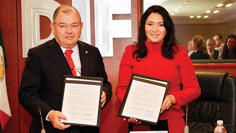 Edgar Elías Azar, en su calidad de presidente de la Conatrib, y Laura Vargas Carrillo, titular del Sistema para el Desarrollo Integral de la Familia del DF, firmaron un convenio para tutelar derechos de niños en el extranjero.