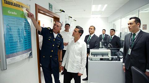 Luego de inaugurar la sucursal del Banjército en esta ciudad, el presidente Enrique Peña Nieto recorrió sus instalaciones en compañía de autoridades civiles y militares.