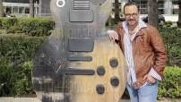 """Con colecciones particulares en México, Brasil, Argentina y Francia, el pintor José Sentíes comentó que el diseño de esta guitarra se llama """"'El ruido del silencio', y lo que pretende es evocar el silencio que queda después de que grandes canciones son tocadas con esta guitarra que permanecerá en Reforma hasta el 30 de noviembre. (Foto: Asael Grande)"""