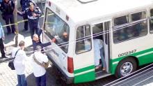 El cuerpo de la infortunada mujer quedó casi en el estribo de la unidad del transporte público.