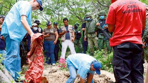 Según la Unión de Pueblos y Organizaciones de Guerrero y Ciencia Forense Ciudadana, fueron encontradas cuatro fosas clandestinas más, cerca de Iguala.