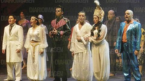 Los actores Silvia Villaú y Edu Engonga mostraron su felicidad por los resultados obtenidos en el estreno del musical, que estará en cartelera por varios meses. (Foto: Patricia Correa)