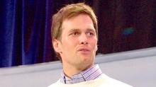 """Jugadores de Patriotas, como Tom Brady, participaron en el tradicional """"Día de los Medios"""" de la 49 edición de la Super Bowl en el centro deportivo US Aiways Center de Phoenix."""