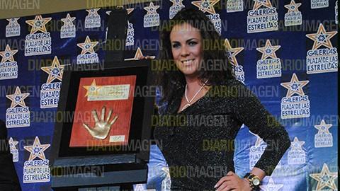 Edith Márquez recibió justamente en el día de su cumpleaños la réplica de su mano en bronce, como reconocimiento a su gran trayectori