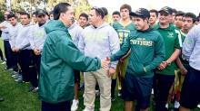 Los equipos de futbol americano recibieron apoyo del rector de la UAEM, Jorge Olvera, para que se puedan enfundar nuevos uniformes y equipos de golpeo.