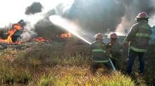 Tras la volcadura de la pipa, pobladores de las localidades aledañas al siniestro acudieron a intentar recoger parte del combustible derramado, pero un chispazo provocó una explosión.