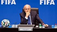 Joseph Blatter renuncia a la FIFA tras estar en el cargo durante 17 años.