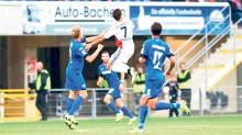 El delantero Javier Hernández tuvo un gris debut en el Bayer Leverkusen, durante el partido amistoso contra el Paderborn.