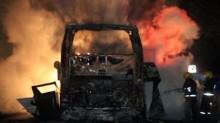 El automóvil Toyota circulaba con dirección a Veracruz, cuando invadió el carril contrario y se impactó con una camioneta Ford, para posteriormente impactarse de frente con el autobús.