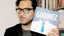 """Jorge Pinto entrega el """"Manual del Godínez"""", libro imprescindible para filósofos, sociólogos, economistas, hipsters, ninis, budistas, presidentes de la República, yonquis y, por supuesto, Godínez. (Foto: Asael Grande)."""