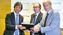 Los directivos de Amadeus, Unicef e Iberia, durante la firma de la alianza.