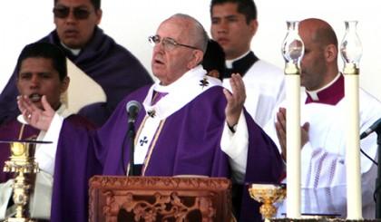 El Papa Francisco ofició una misa multitudinaria ante más de 20 mil personas congregadas en el estadio Venustiano Carranza de la ciudad de Morelia.