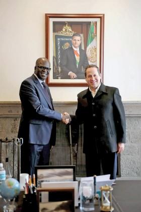 El gobernador Eruviel Ávila Villegas con Ganoune Diop, secretario general de la Asociación Internacional de Libertad Religiosa.