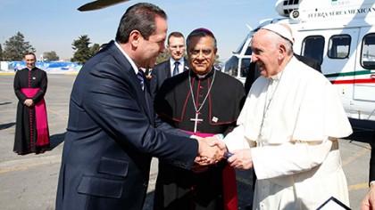 Eruviel Ávila recibiendo al Papa Francisco en Edomex.