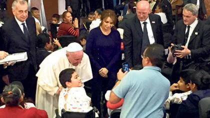 El Papa Francisco fue recibido en el Hospital Infantil Federico Gómez por una comitiva encabezada por la primera dama, Angélica Rivera; el secretario de Salud, José Narro; el cardenal Norberto Rivera y autoridades del nosocomio.