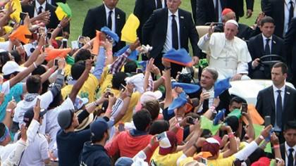 Ante más de 50 mil personas, el Papa Francisco aseguró que la comunidad y la familia son los principales antídotos contra todo lo que amenaza.