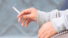 Los jóvenes cada vez comienzan a fumar a edades más tempranas, advierten especialistas.