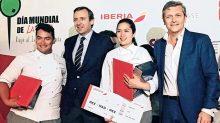 Los ganadores del primer lugar, con el embajador de España en México, Luis Fernández-Cid y Álvaro Delgado, delegado comercial de Iberia.