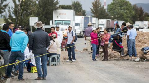Maestros disidentes interrumpieron la circulación vial en cinco puntos de la capital Tuxtla Gutiérrez.