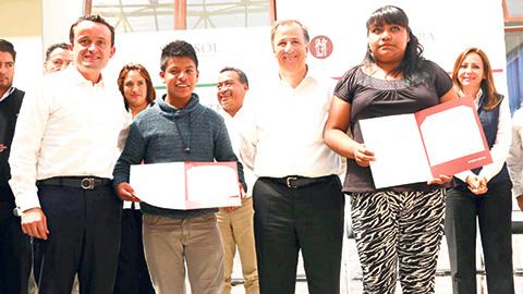 José Antonio Meade Kuribreña entregó la cartilla social número 6 millones en el Centro Cultural de Milpa Alta.