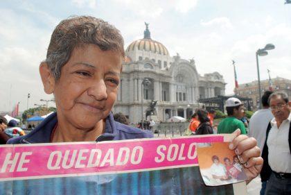 Doña Alejandra Anguiano tuvo la oportunidad de conocer a Juan Gabriel en el Teatro Blanquita, donde le autografió una foto.