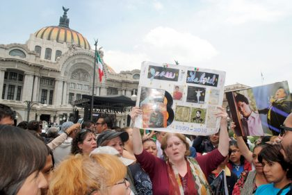 """""""Oscura soledad estoy viviendo, la misma soledad de tu sepulcro…"""", coreaban los seguidores del Divo de Juárez."""