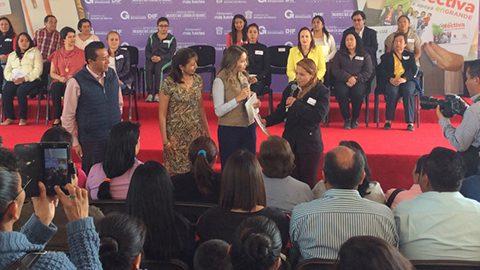 """Isis Ávila Muñoz, presidenta honorario del DIFEM, hizo entrega de tarjetas """"Mujeres que logran en grande"""" en el municipio de Acolman."""