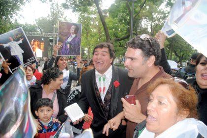 """¡Qué viva Juan Gabriel, él vive! ¡Te queremos, Alberto, gracias!""."