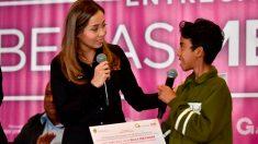 """La presidenta honoraria del DIF Estado de México, Isis Ávila Muñoz,  entregó 332 becas del programa """"Menor en Situación Extraordinaria""""."""