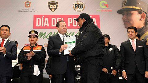 Durante la celebración del Día del Policía Mexiquense, el gobernador Eruviel Ávila propuso garantizar por ley estímulos para estos servidores públicos.