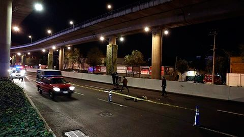 Dos jóvenes que viajaban en una motocicleta chocaron con el muro de contención y cayeron del segundo piso.