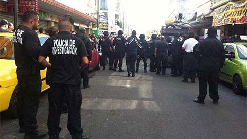 Autoridades de la Ciudad de México revisaron los locales de Eje Central Lázaro Cárdenas para detectar mercancía robada.